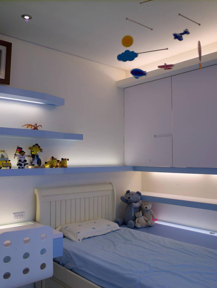 住宅(低調 奢華):  臥室 by 鼎爵室內裝修設計工程有限公司