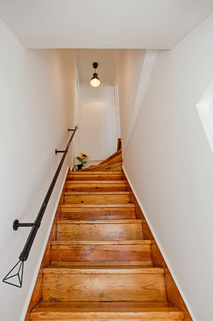 Escadas: Corredores e halls de entrada  por menta, creative architecture