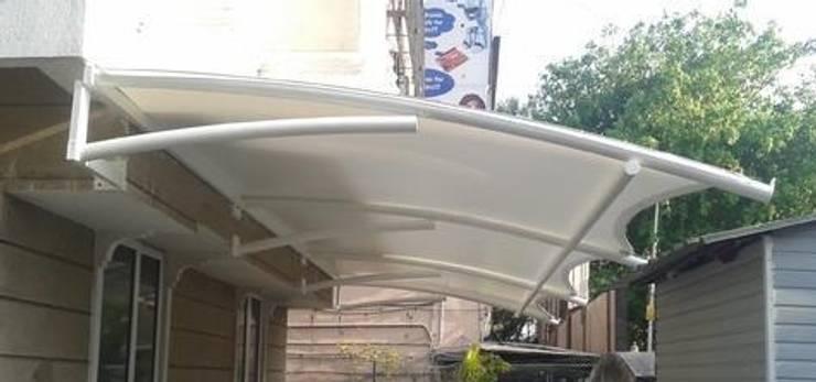 Tenda Membrane garasi atau teras rumah:  Balconies, verandas & terraces  by Putra Canopy