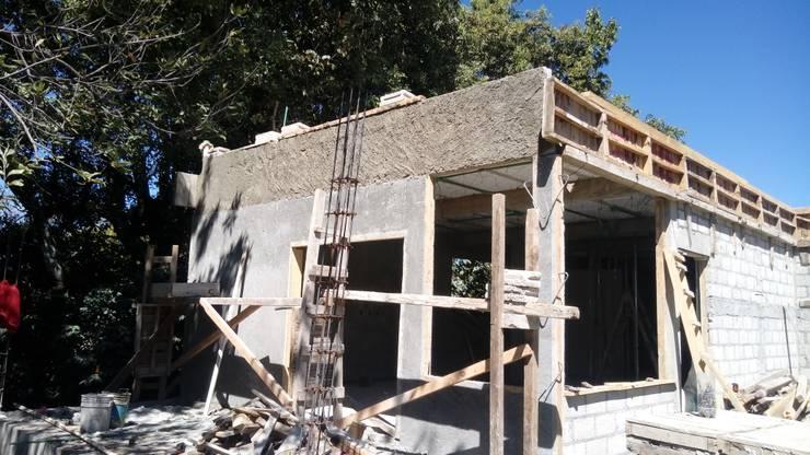 Inicio en los aplanados de fachadas.: Casas de estilo  por taller garcia arquitectura integral