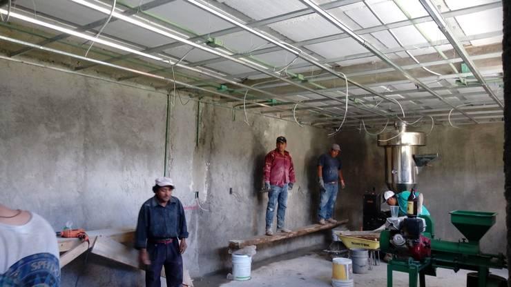 Instalación de bastidor metalico para muros y plafón falsos.: Comedores de estilo rural por taller garcia arquitectura integral