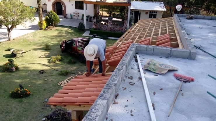 Colocación de teja de barro natural.: Casas de estilo  por taller garcia arquitectura integral