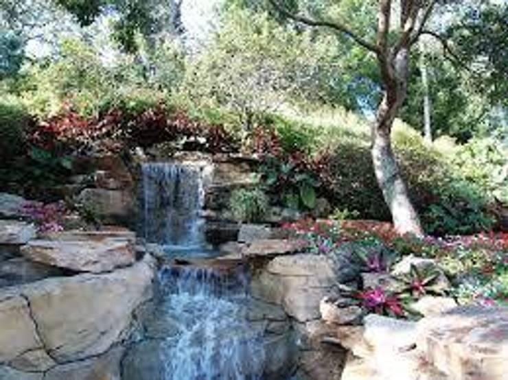 Mis trabajos: Jardines de estilo  por JR paisajismo