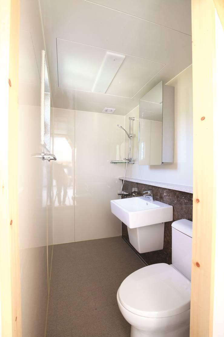 욕실의 모습: 스마트하우스의  욕실