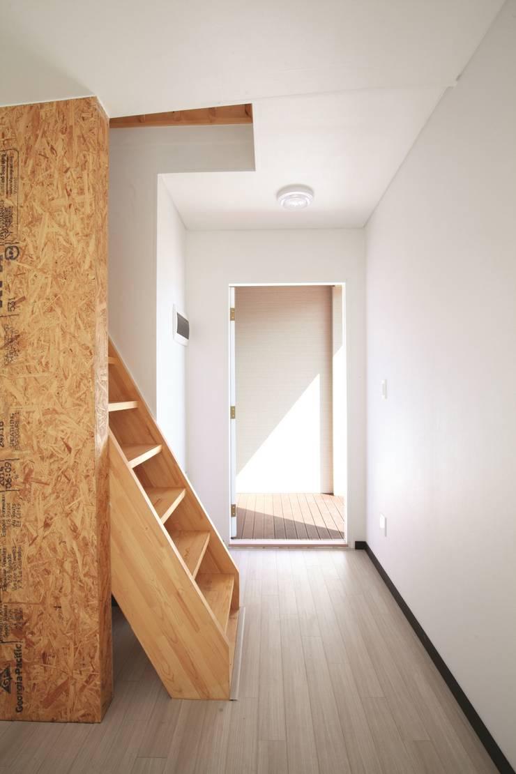 다락방으로 올라가는 사다리: 스마트하우스의  아이방