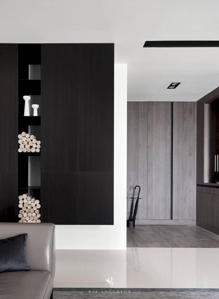迷迭.灰|Planes of Greyscale:  走廊 & 玄關 by 理絲室內設計有限公司 Ris Interior Design Co., Ltd.