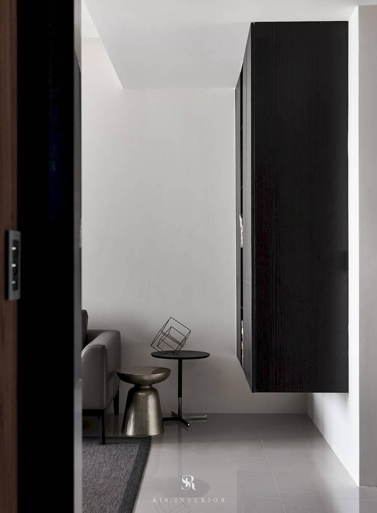 迷迭.灰|Planes of Greyscale:  客廳 by 理絲室內設計有限公司 Ris Interior Design Co., Ltd.