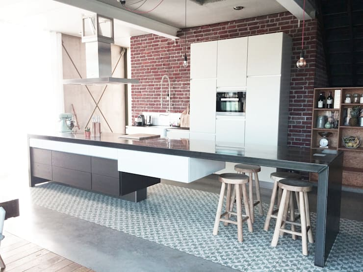 Industriele keuken met tegelvloer:  Keuken door Designtegels