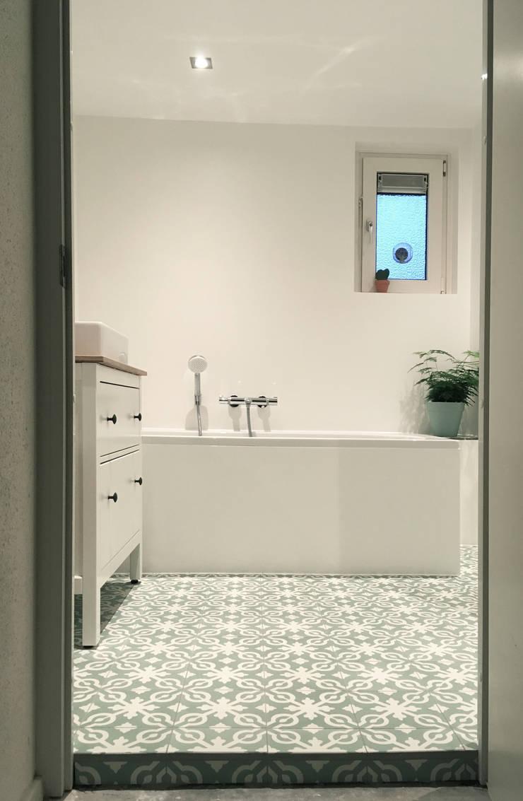 Klassieke badkamer met Cementtegels:  Badkamer door Designtegels
