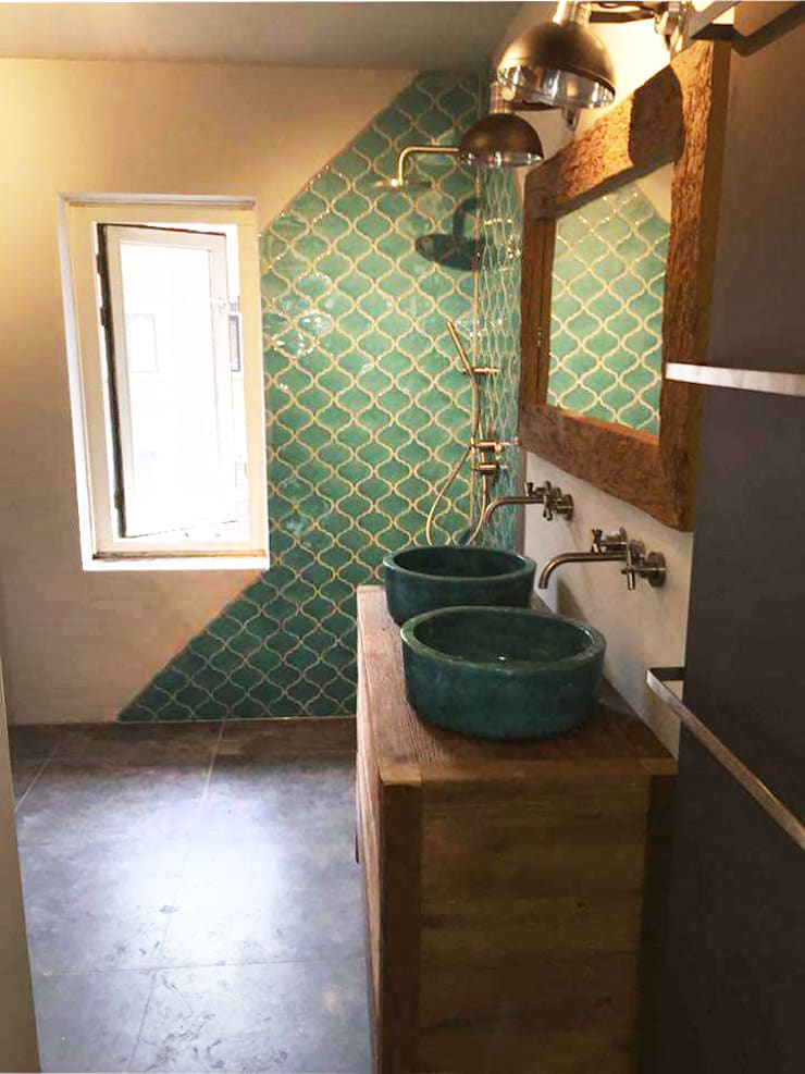 Mediteraans ontspannen in de badkamer met Spaanse Laterna tegels:  Badkamer door Designtegels