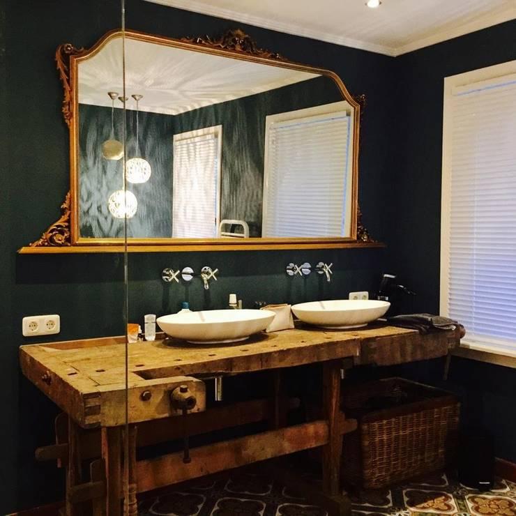 Rustieke badkamer met eclectische/ vintage tegels:  Badkamer door Designtegels