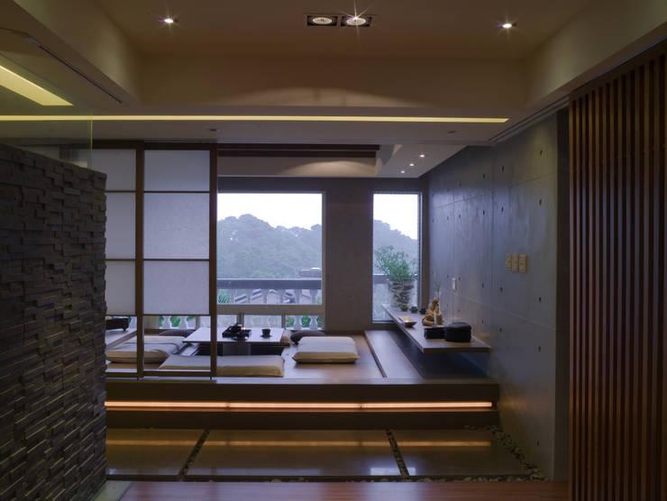 住宅(漫步雲間):  臥室 by 鼎爵室內裝修設計工程有限公司
