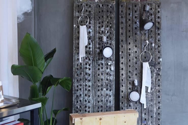 수영카페 핸즈온더커피 프로젝트: 블랙인테리어의  레스토랑