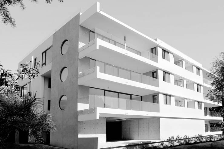 Los Cedros I: Casas de estilo  por Numair & Arquitectura