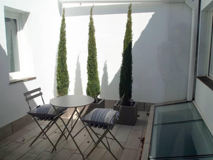 Jardines de estilo moderno por Reformmia