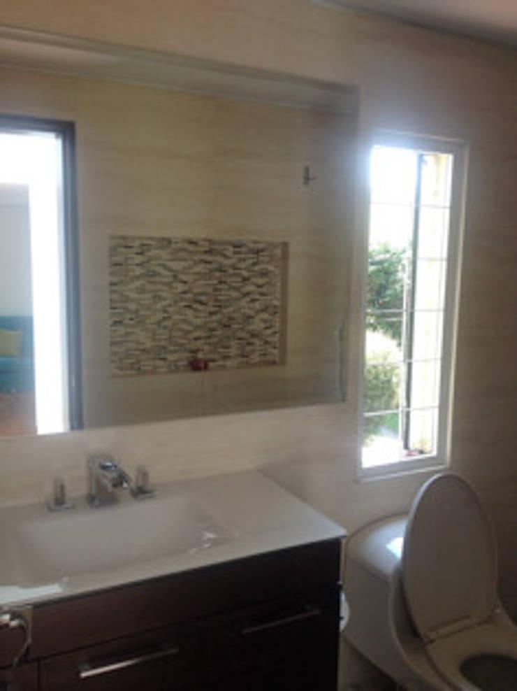 Proyecto Country: Baños de estilo moderno por Erick Becerra Arquitecto
