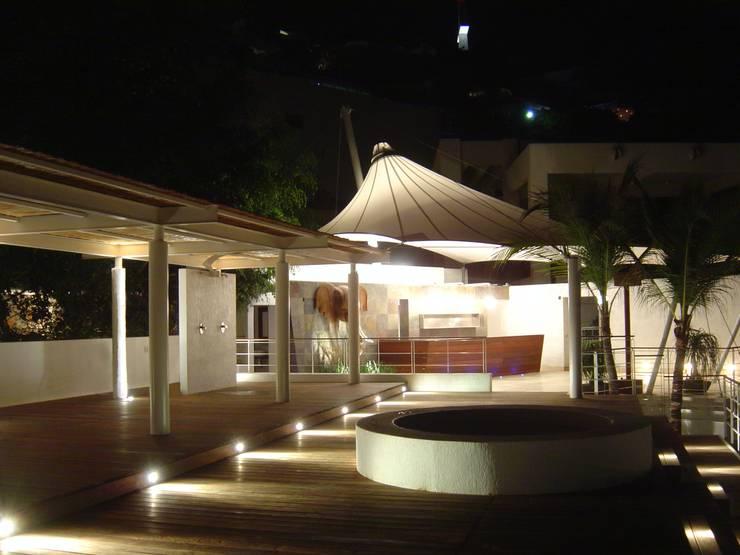 VILLA KW: Pasillos y recibidores de estilo  por LVC INTERIORISMO