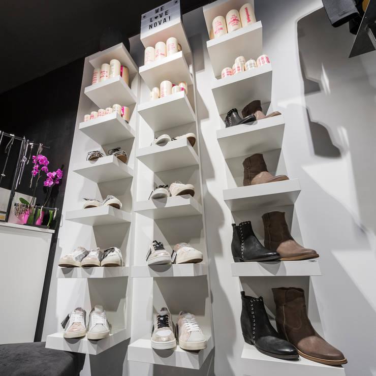 Schuhe und Accessoires optimal präsentiert Industriale Ladenflächen von hysenbergh GmbH | Raumkonzepte Duesseldorf Industrial