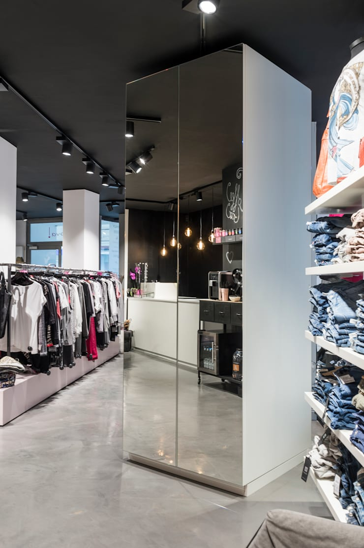 Spiegelschrank als Highlight des Shops Industriale Ladenflächen von hysenbergh GmbH | Raumkonzepte Duesseldorf Industrial