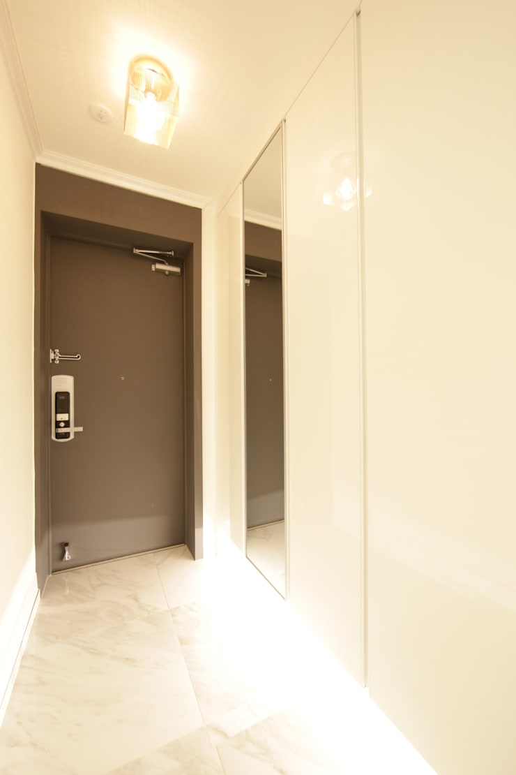반포미도 1차 아파트 인테리어: DESIGNCOLORS의  복도 & 현관