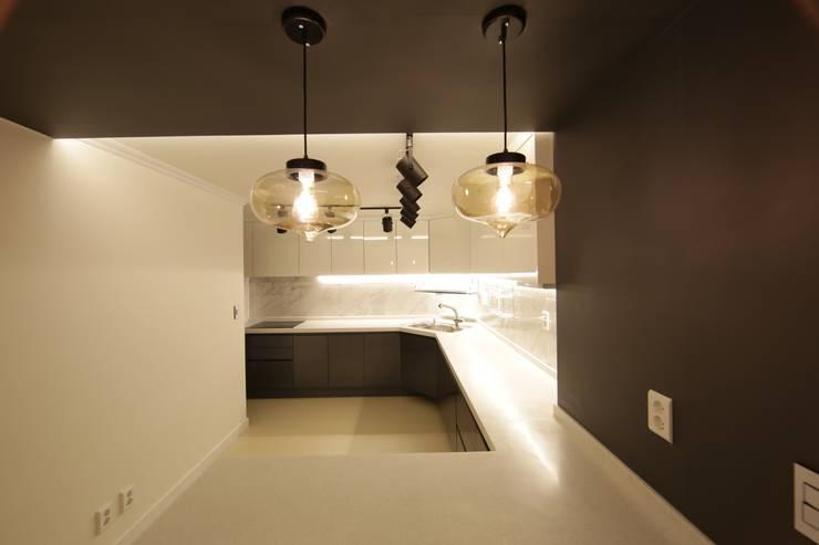 반포미도 1차 아파트 인테리어: DESIGNCOLORS의  주방