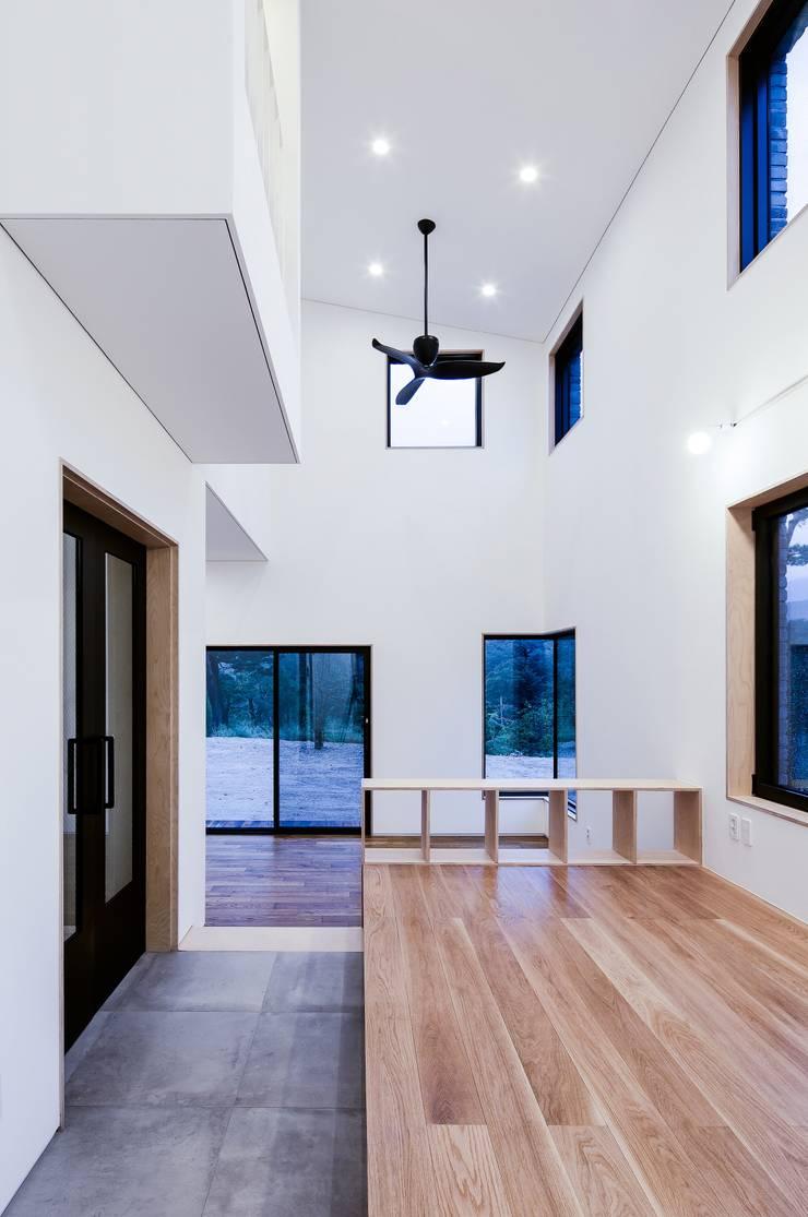 위풍당당: (주)건축사사무소 코비의  거실