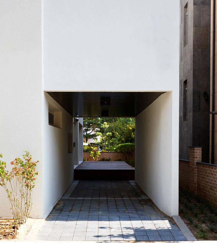 행신주택- white bass: (주)건축사사무소 코비의  주택