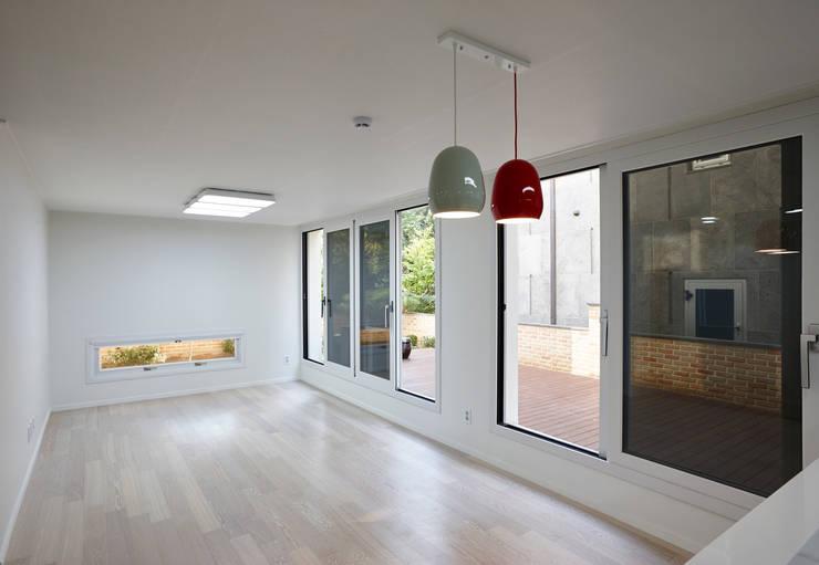 행신주택- white bass: (주)건축사사무소 코비의  거실