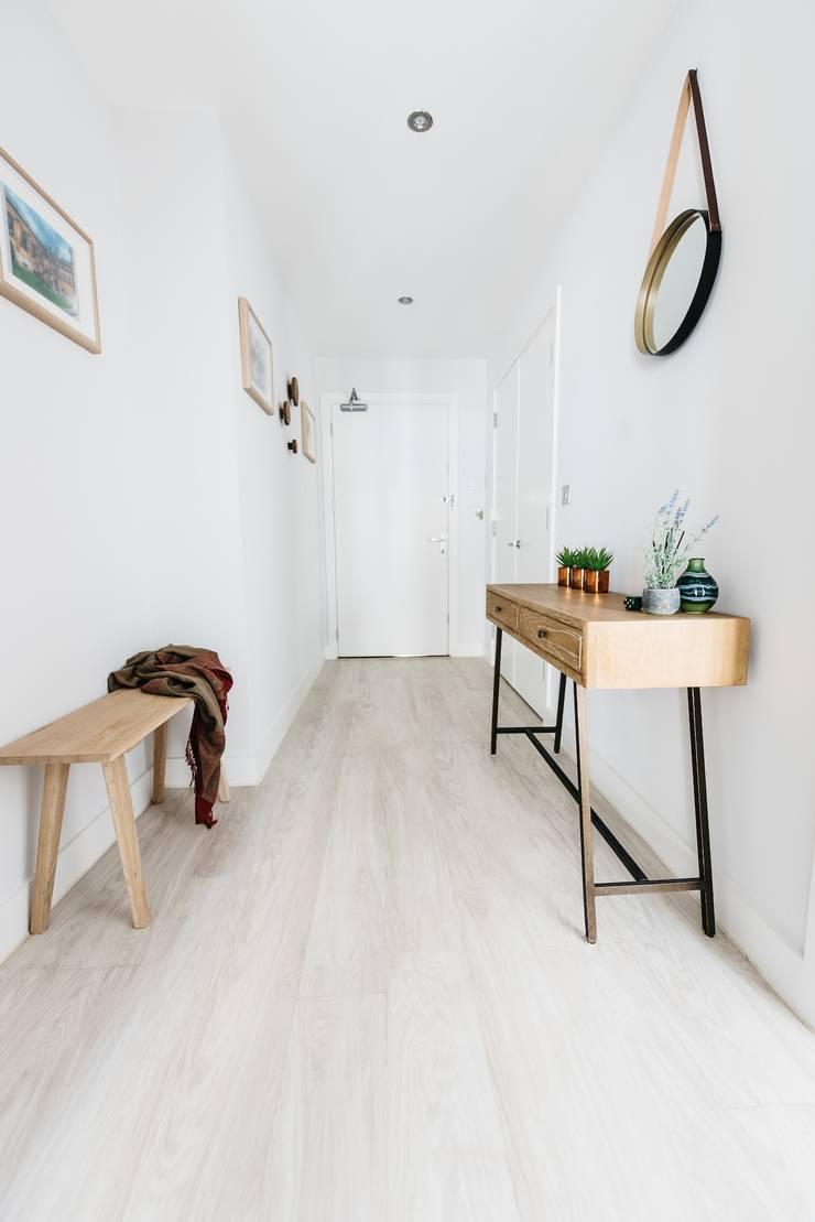 Entrance hall:  Corridor & hallway by Katie Malik Interiors