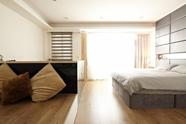 2F主臥室/起居空間:  臥室 by 映荷空間設計