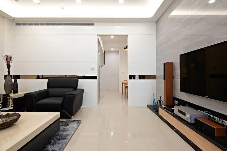 1F客廳:  客廳 by 映荷空間設計
