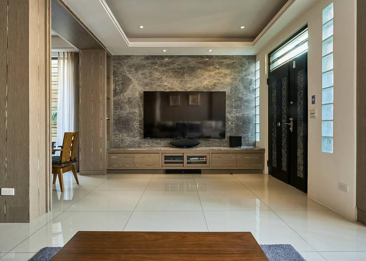 Salas de estilo  por 世家新室內裝修公司