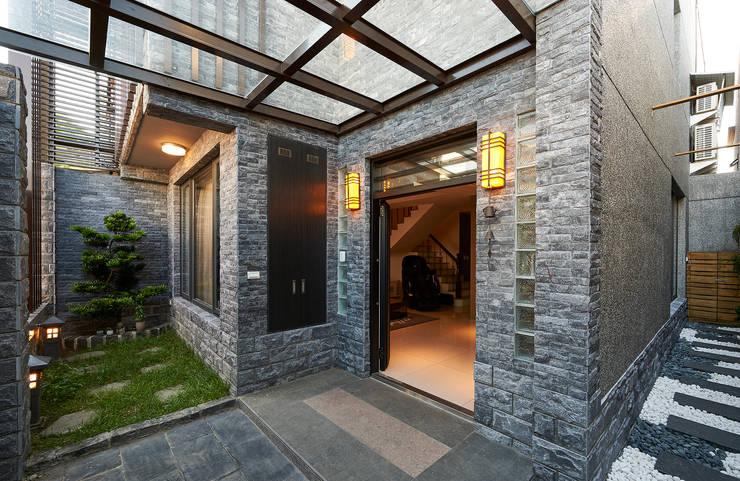 玄關/1:  房子 by 世家新室內裝修公司