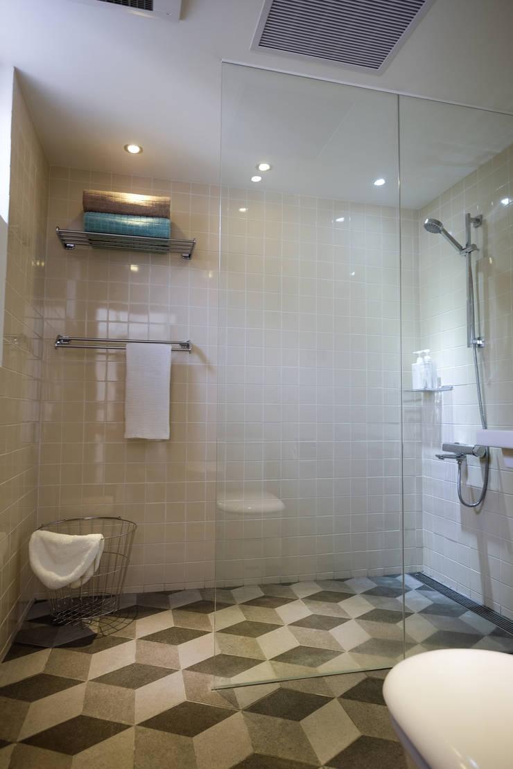 苓雅J邸:  浴室 by RND Inc.