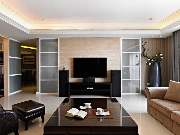 Living room by 世家新室內裝修公司