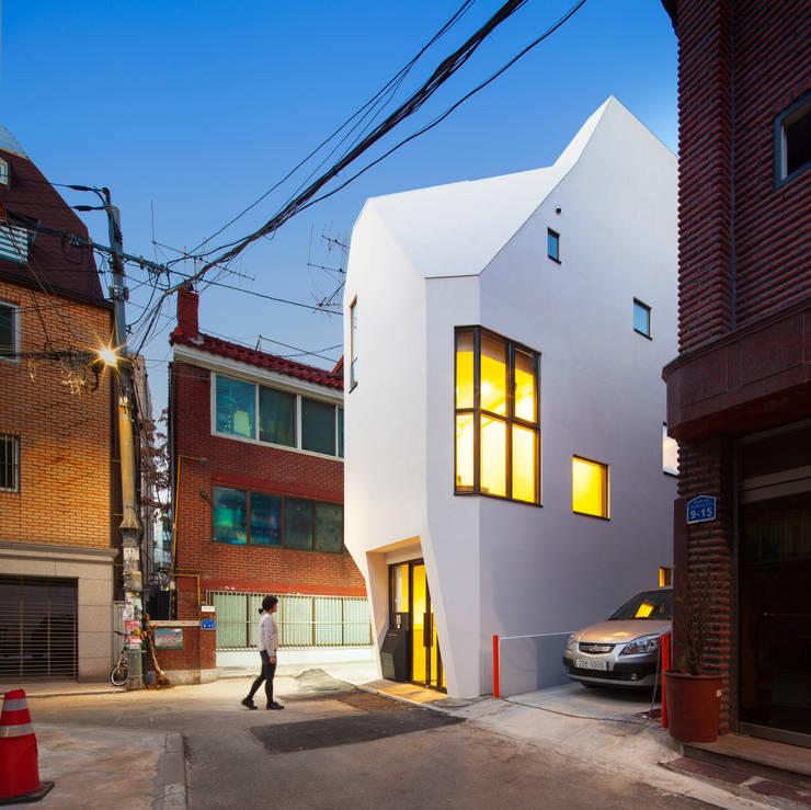 Oficinas y Tiendas de estilo  por (주)건축사사무소 더함 / ThEPLus Architects