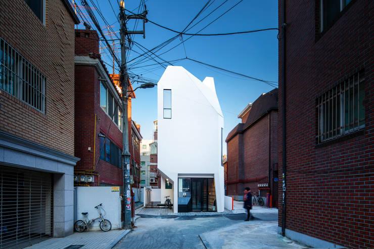 도서출판갈무리 독립공간 뿔.: (주)건축사사무소 더함 / ThEPLus Architects의  사무실,