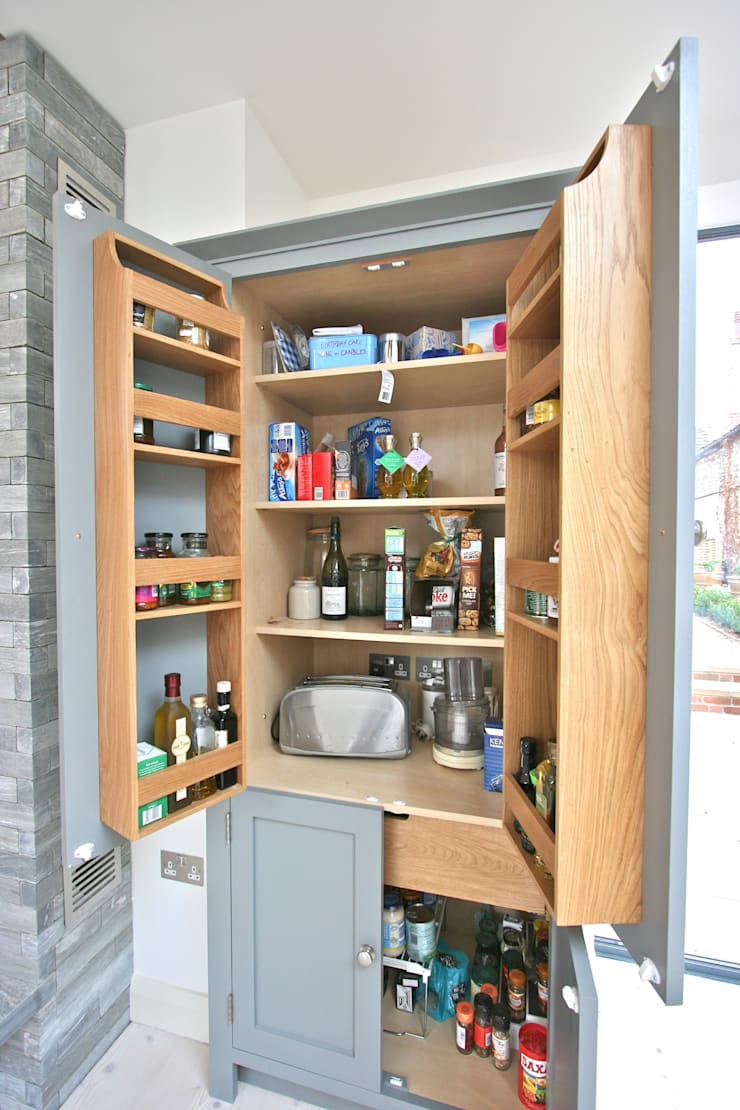 Brancaster, North Norfolk, UK:  Kitchen by Laura Gompertz Interiors Ltd
