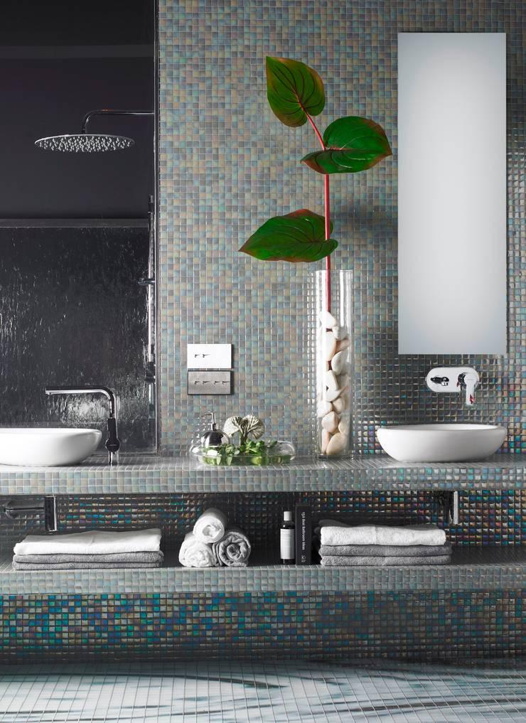 The Master suite:  Badkamer door Innovador, Modern