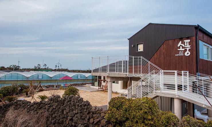 제주 월정리 주택 & 게스트 하우스: 더 이레츠 건축가 그룹의  상업 공간