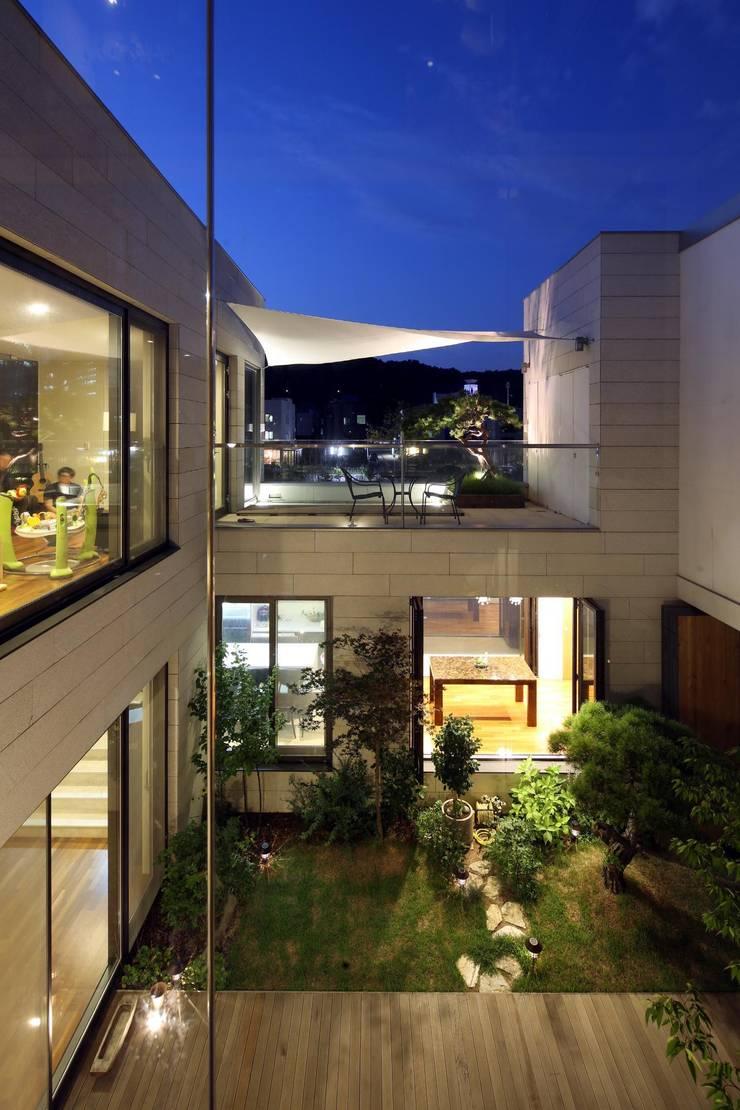 운중천 이웃집: 아키누스(건축동인) 건축사사무소의  주택,