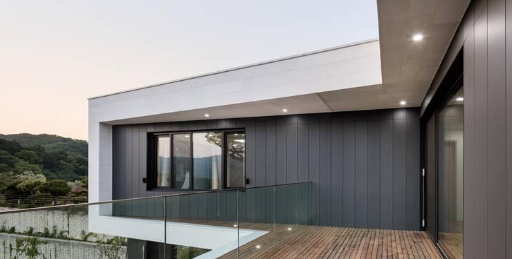 마당 통하는 집: 아키누스(건축동인) 건축사사무소의  주택
