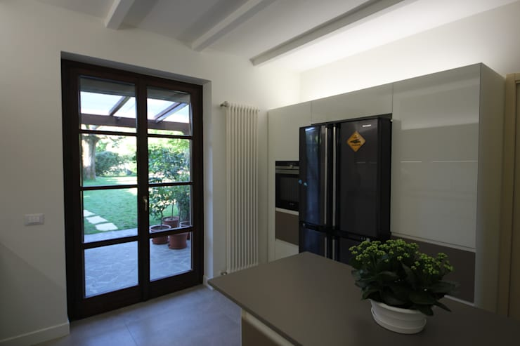 Projekty,  Kuchnia zaprojektowane przez Falegnameria Ferrari