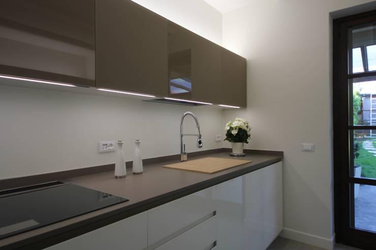 Glass white&brown kitchen: Cucina in stile  di Falegnameria Ferrari