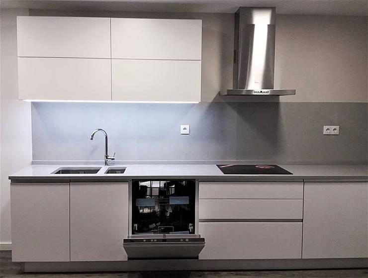 Cocinas de estilo minimalista por Belsolar Lda