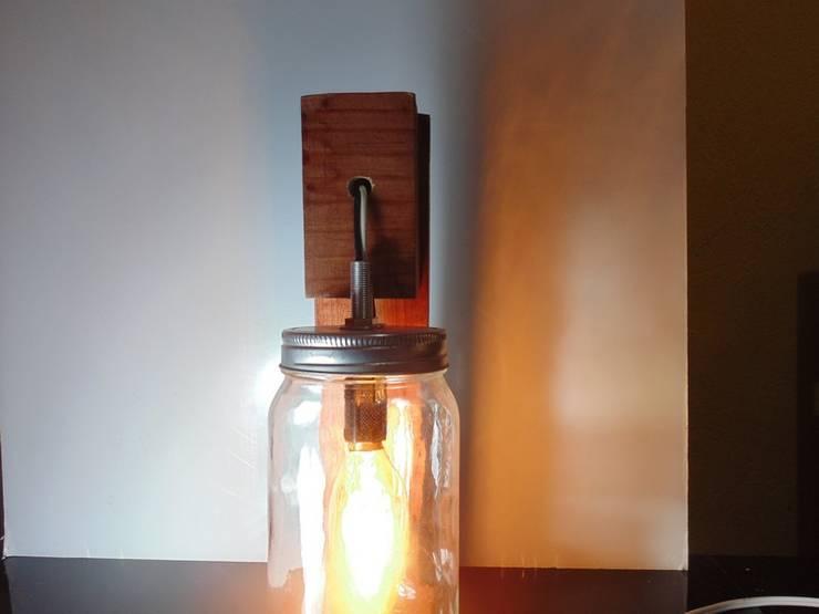 Lámpara de madera estilo vintage con foco Edison:  de estilo  por Iluxion, Moderno