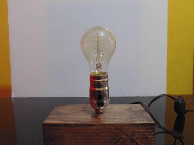 Lámpara de diseño en madera con foco Vintage:  de estilo  por Iluxion, Moderno