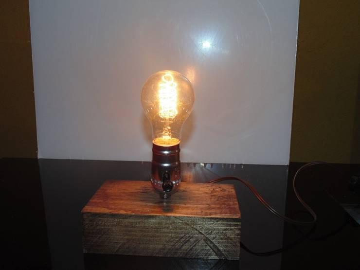 Lámpara de mesa Vintage:  de estilo  por Iluxion, Moderno
