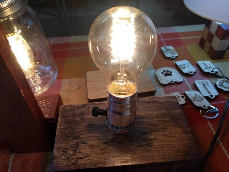 Lámpara de mesa estilo vintage:  de estilo  por Iluxion, Moderno
