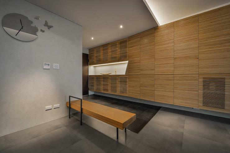 黑膠:  走廊 & 玄關 by 參與室內設計有限公司